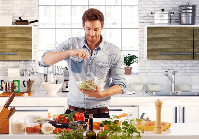 mann in küche
